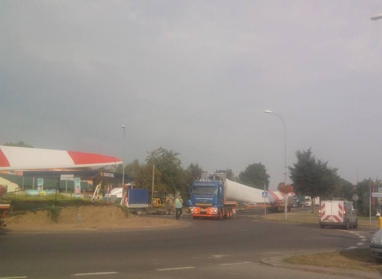 Transport łopat do elektrowni wiatrowej w Orli (zdjęcia)