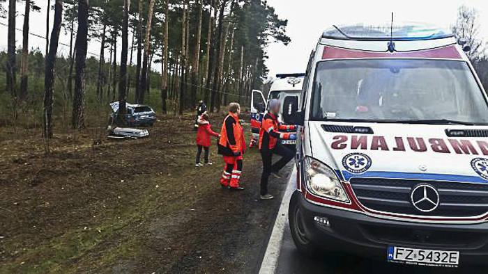 """Do wypadku doszło w niedzielę, 21 lutego na """"Trasie śmierci"""" z Zielonej Góry do Nowogrodu Bobrzańskiego. Mercedes wypadł z drogi i dachował. Ranna kobieta"""