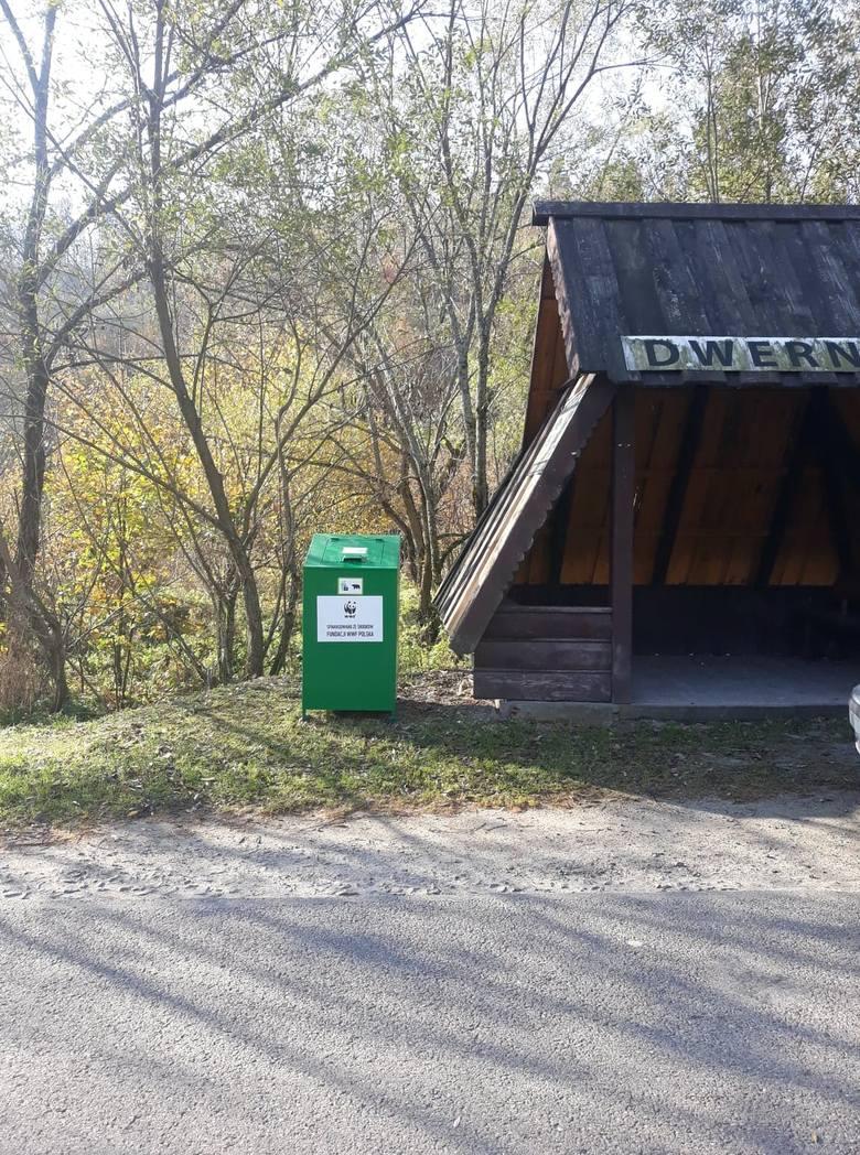 """W Bieszczadach pojawiły się """"niedźwiedzioodporne"""" kosze na odpady. Fundacja WWF Polska przekazała je gminie Lutowiska [ZDJĘCIA]"""