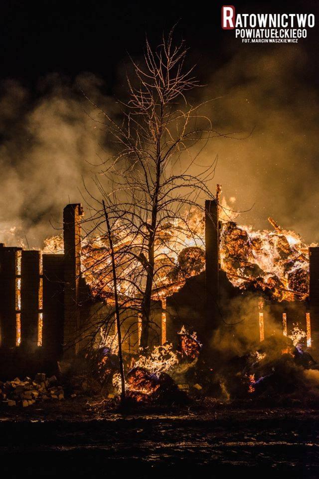 Wysokie: Wielki pożar stodoły w gminie Kalinowo. Straty oszacowano na ponad 250 tysięcy złotych [ZDJĘCIA]