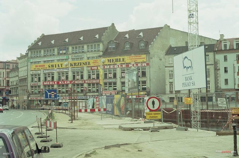 To zaledwie 20 lat, a miasto zupełnie inne. Pamiętacie jeszcze jak w 2000 roku wyglądał Wrocław? Niektóre miejsca ze zdjęć aż trudno byłoby dziś rozpoznać.