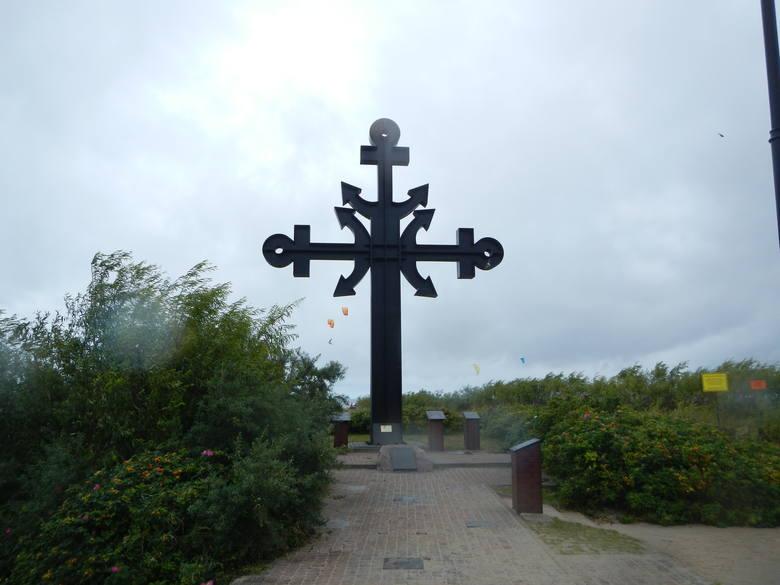 U nasady cypla wznosi się ku pamięci ofiar morza żelazny krzyż