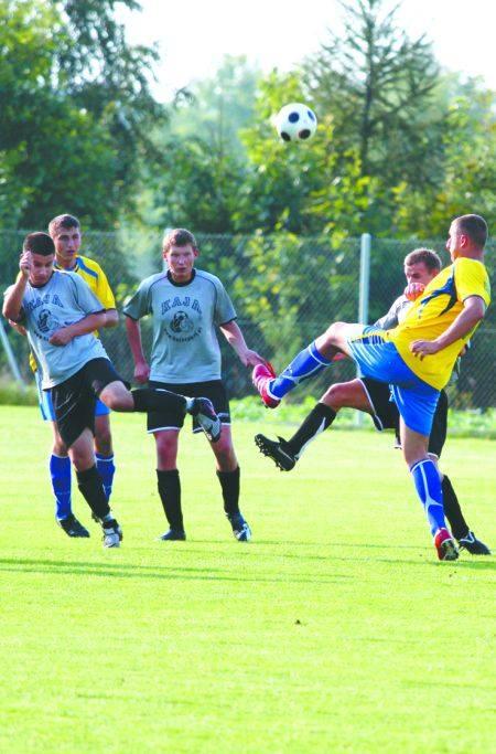 W Juchnowcu piłkarze Magnata (żółte koszulki) wygrali 2:0 z Piastem Białystok.