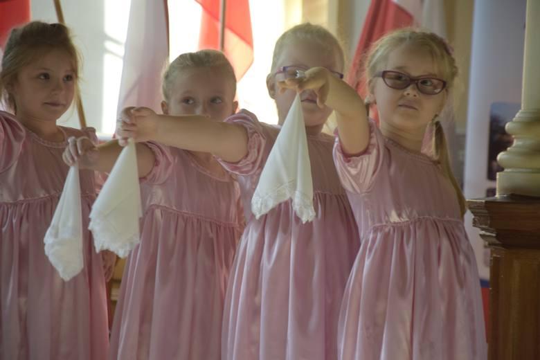 Bohaterami imprezy w sali kolumnowej im. Edwarda Stachury były dzieci z przedszkola im. J. Tuwima w Aleksandrowie Kujawskim. Salę po brzegi wypełnili