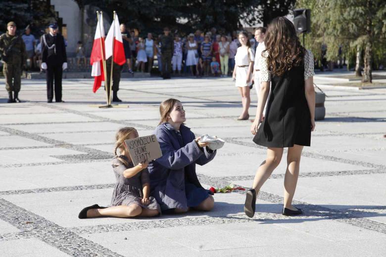 Władze Łap i mieszkańcy upamiętnili 80.rocznicę wybuchu II wojny światowej. W miejscach pamięci złożono kwiaty, zapalono znicze. Główne uroczystości