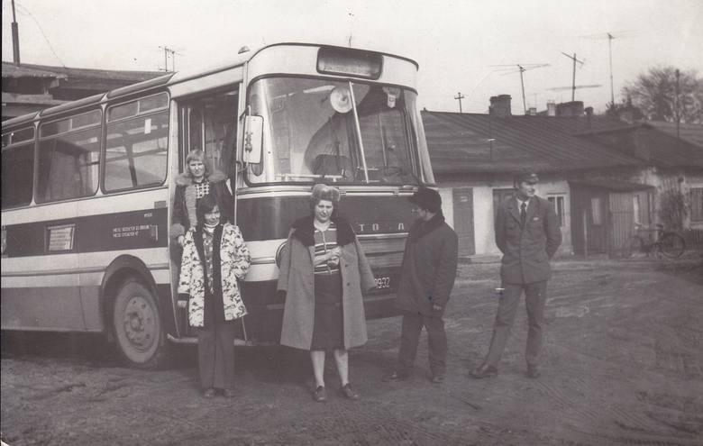 Pierwsze autobusy wyjechały na ulice Skierniewic w listopadzie 1975 roku, rok później już pod szyldem MZK. Na początku dyspozytornia była w Zatrze przy ul. Sobieskiego, a w 1978 baza przy ul. Moniuszki (w środku Irena Huk)