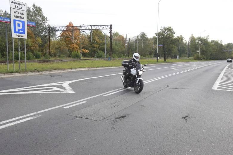 Kierowcy jeżdżący ul. Maratońską w kierunku dworca kaliskiego, którzy chcą skręcić w lewo w al. Bandurskiego, nie wiedzą czy...mogą. Więcej zdjęć, informacji