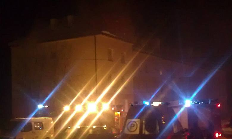 Mężczyzna z mieszkania na parterze, w którym wybuchł pożar, został ewakuowany przez sąsiadów. Doznał oparzeń, trafił pod opiekę ratowników pogotowia