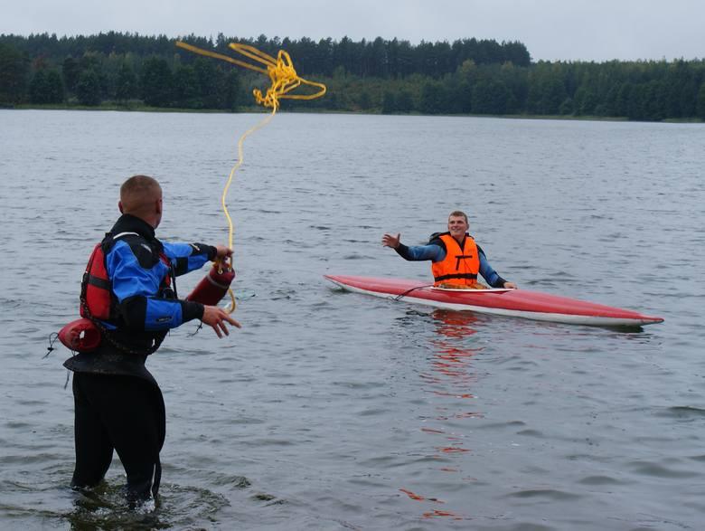 Gdy już kajakarze znajdą się na wodzie, instruktor powinien w realu pokazać jak używać wiosła, jak zachowuje się kajak. Ważne są także zasady bezpieczeństwa
