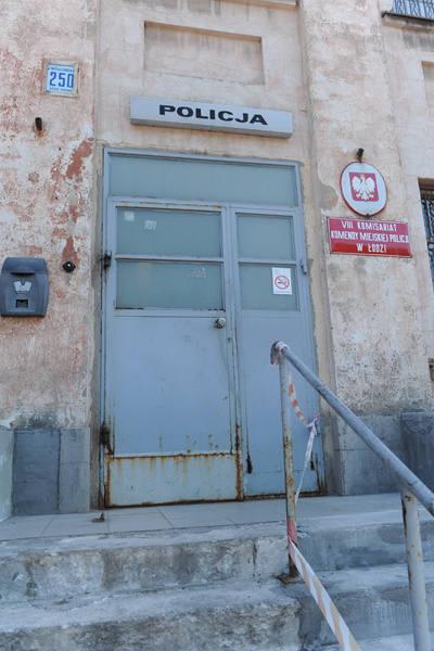 Każdy, kto widział VIII Komisariat Policji przy <br>ul. Wólczańskiej 250, na długo zachowuje <br>ten wstrząsający widok w pamięci...