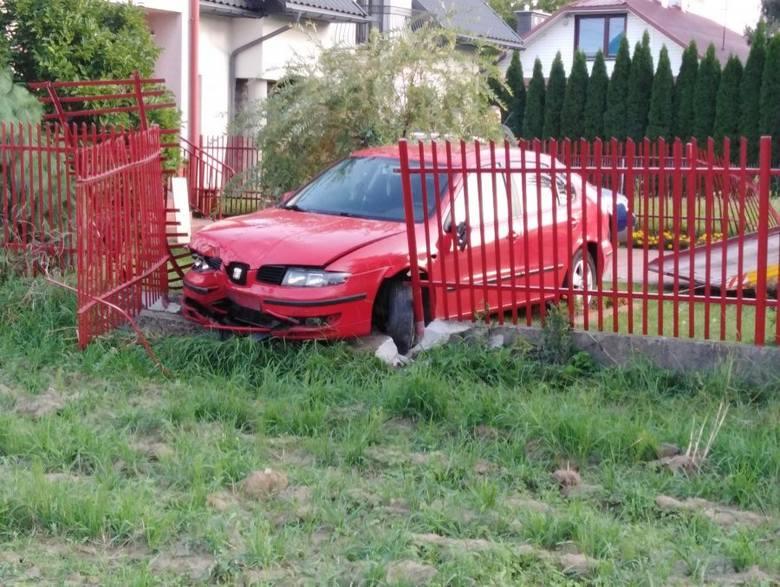 Wypadek w Nisku. Staranowane dwa ogrodzenia, rozbite auta. Za kierownicą 18-latek