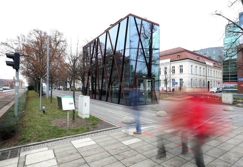 Szklana pułapka, jak mówią niektórzy, w końcu stanie się użyteczną częścią Alei Kwiatowej. Będzie tu centrum informacji turystycznej