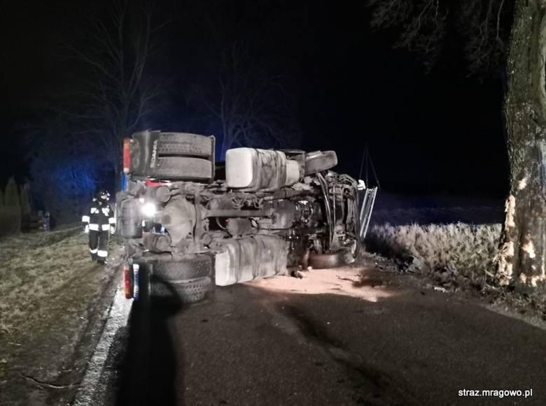 Karwie. Wypadek na drodze wojewódzkiej nr 600. Ciężarówka uderzyła w drzewo [ZDJĘCIA]