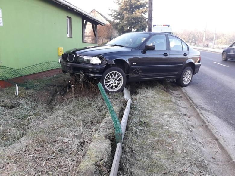 Do zdarzenia doszło w piątek, 17 stycznia, w Starym Kisielinie. Kierowca bmw wpadł w poślizg i uderzył w płot.Bmw rozbiło ogrodzenie jednej z posesji.