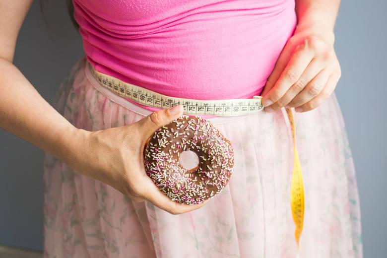 Nadwaga i otyłośćNaukowcy z Wielkiej Brytanii przyjrzeli się bliżej 194 przypadkom pacjentów zarażonych koronawirusem. Brano pod uwagę tylko tych chorych,