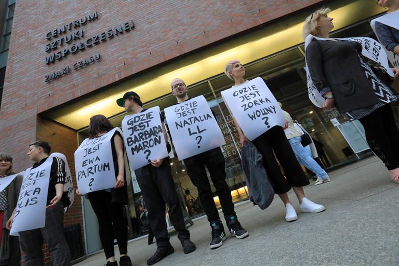 """W piątek na wernisażu wzbudzającej kontrowersje wystawy """"I po co nam wolność?"""" w Centrum Sztuki Współczesnej odbył się happening. Torunianie zwrócili"""