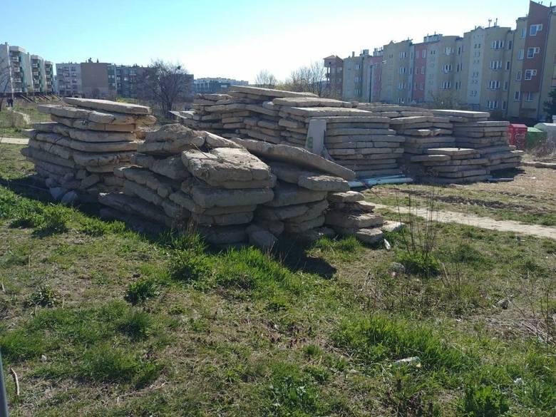 Ul. Relaksowa. Na miejsce, w którym mają stanąć nowe bloki, spółka Interbud zwiozła już stos betonowych płyt