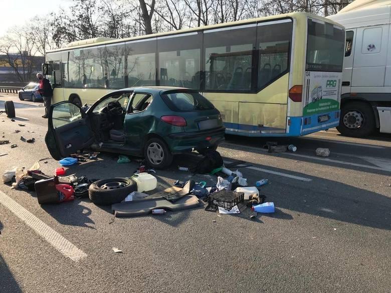Wypadek na trasie Dk 86 w KatowicachZobacz kolejne zdjęcia. Przesuwaj zdjęcia w prawo - naciśnij strzałkę lub przycisk NASTĘPNE >>&
