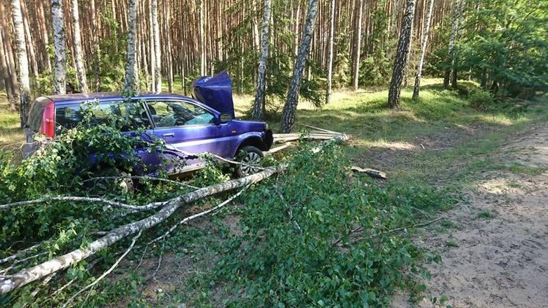 Do zdarzenia doszło we wtorek przed godz. 17. Jak poinformował nas Czytelnik, samochód osobowy uderzył w drzewo. Ranna została kobieta, która prowadziła