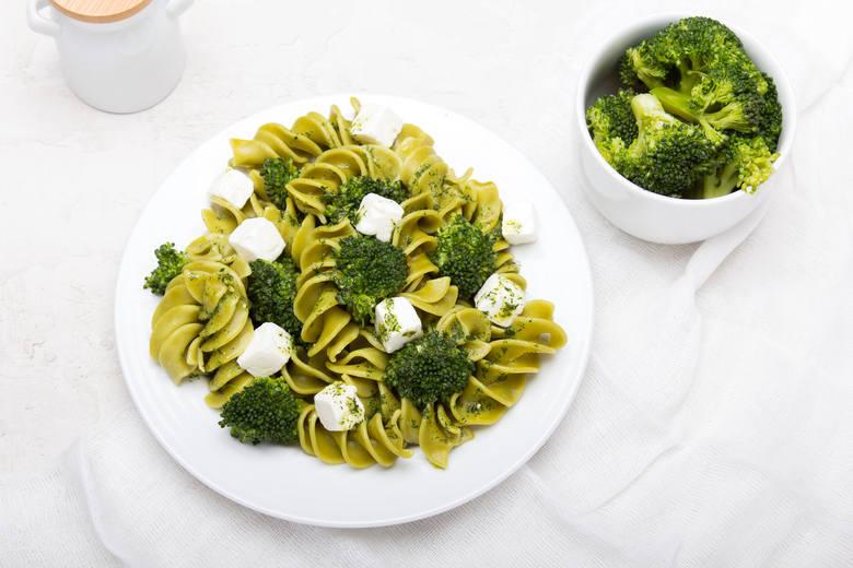 Makaron ugotuj zgodnie z przepisem na opakowaniu. Na wrzątek wrzuć różyczki brokuła i nie przykrywaj garnka pokrywką – to pozwoli zachować soczystą,