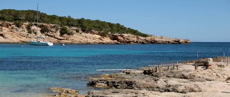 Ibiza i jej Cala Bassa – miejsce dla tych, którzy lubią samotne spacery wśród skał i sosnowego lasu. Miejsce do plażowania też się znajdzie!