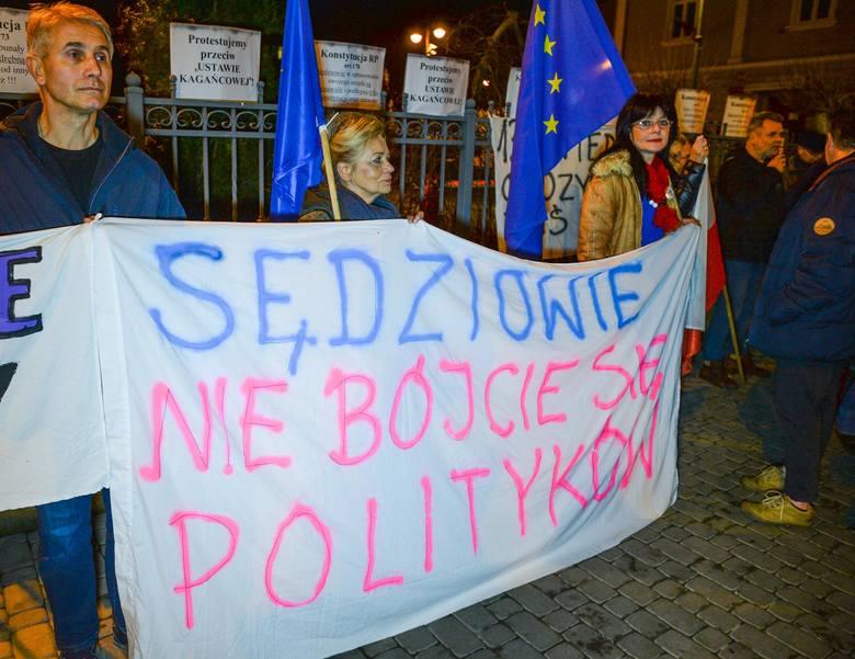 """W wielu miastach odbyły się w środę protesty """"Dziś Sędziowie - jutro Ty!"""" w obronie sądów. W Przemyślu kilkadziesiąt osób demonstrowało"""