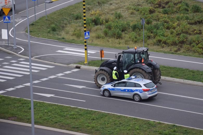 Rolnicy z okolic Przemyśla przyłączyli się do dzisiejszego, ogólnopolskiego protestu związanego z rozprzestrzenianiem się wirusa ASF. Rolnicy, jeżdżą