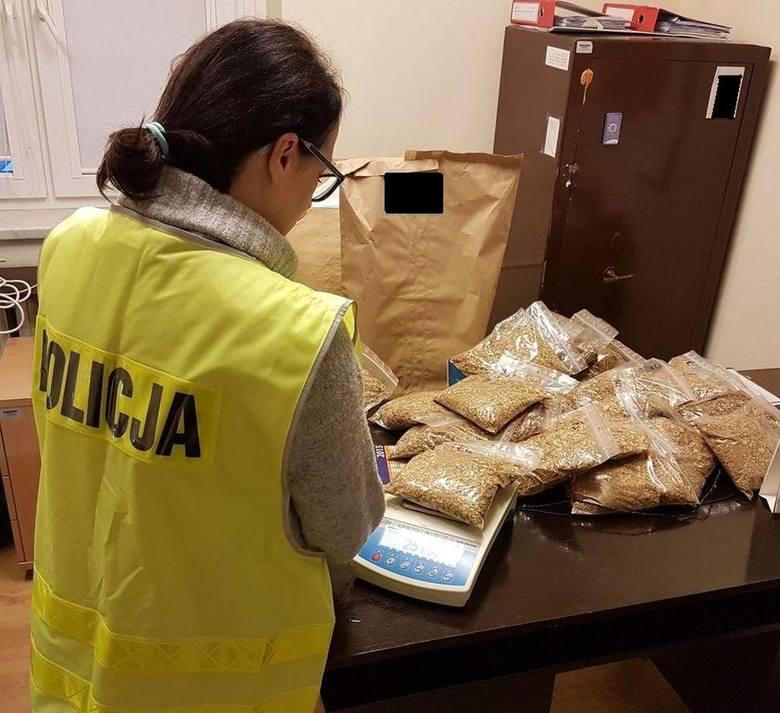Ponad 13 kilogramów tytoniu bez polskich znaków akcyzy znaleziono w jednym z mieszkań w Wieluniu. Wartość przechwyconego  towaru to około 13,5 tys. zł.Informacje