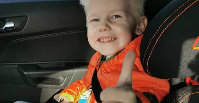 4-letni Oluś, który wypadł z 11. piętra wieżowca w Toruniu wraca do zdrowia. W mikołajki strażacy spełnili marzenie chłopca i zabrali go na przejażdżkę