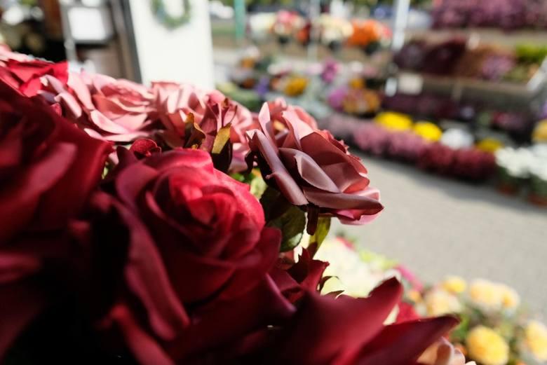Zbliża się 1 listopada. Zobaczcie ile wydamy w tym roku na Wszystkich Świętych. Zobaczcie gdzie najtaniej kupimy znicze i kwiaty. Klimat w kraju się