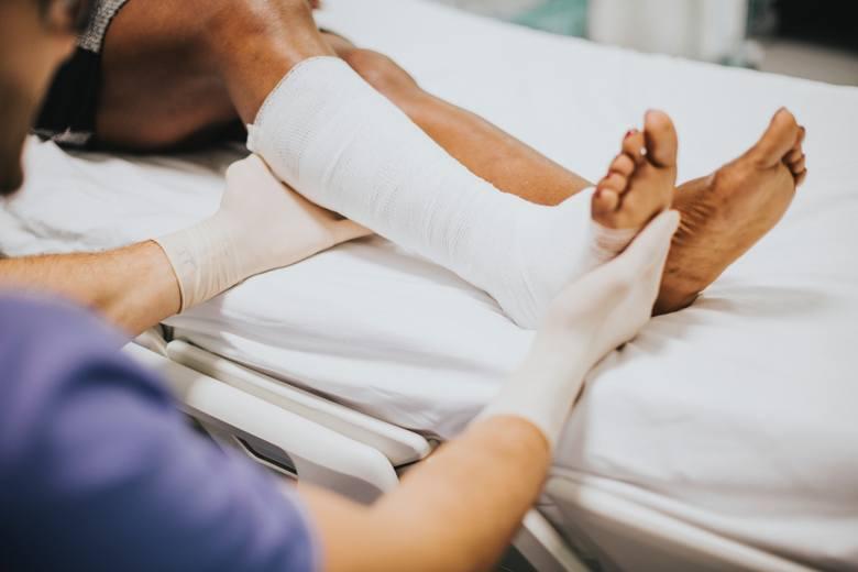 ChirurgWyłączając sytuację awaryjne, czyli skręcenie, złamanie i inne urazy mechaniczne, które wymagają konsultacji chirurga, na wizytę u tego specjalisty