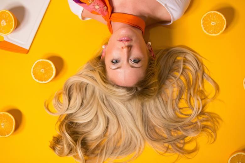 Jeżeli od jakiegoś czasu chodzi ci po głowie zmiana koloru włosów? Zastanawiasz się, w czym będzie ci dobrze? Prezentujemy 9 kolorów włosów, które nie