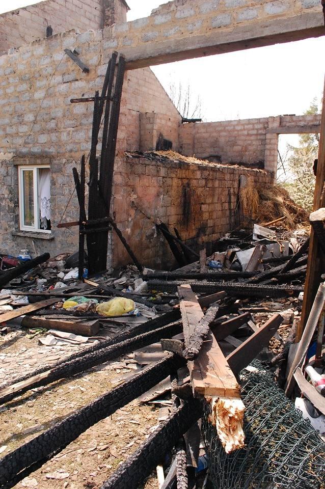 Ze stodoły zaadaptowanej w części na pomieszczenia mieszkalne niewiele zostało. Mieszkańcy obiektu stracili cały dobytek
