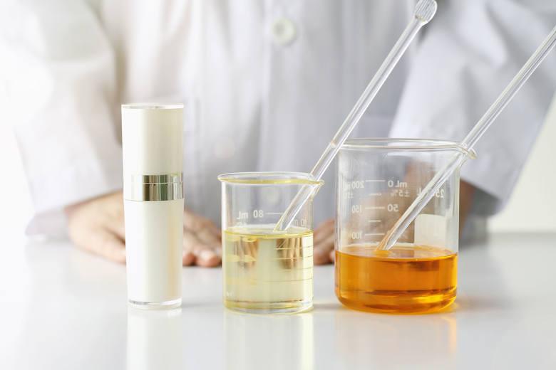 W ostatnich latach kwasy i inne syntetyczne składniki kosmetyczne zyskały na popularności. Nadają się idealnie w celu regeneracji, pozbycia się przebarwień,