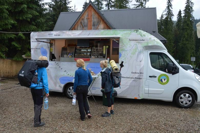 Na Palenicy Białczańskiej stanęły trzy food trucki, które serwują tradycyjne regionalne jedzenie.
