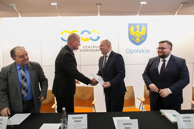 Grzegorz Obara (drugi z lewej i marszałek Andrzej Buła podpisali w środę umowę na przekazanie spółce 24 mln zł.