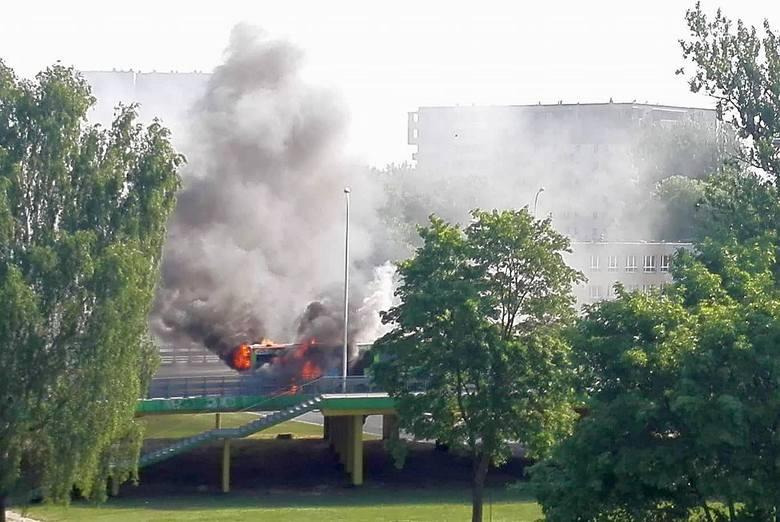 Na wiadukcie Dąbrowskiego doszło do pożaru autobusu linii nr 5 Białostockiej Komunikacji Miejskiej. Przeprawa została zablokowana i od razu utworzyły