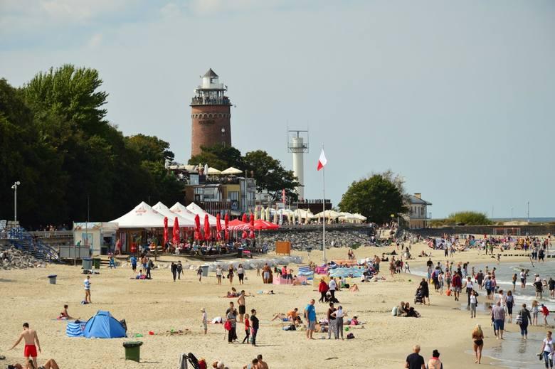 Letnia, słoneczna pogoda sprzyja wyjazdom nad morze. W sobotę w południe na promenadzie, molo i na plaży w Kołobrzegu można było spotkać tłumy turystów.