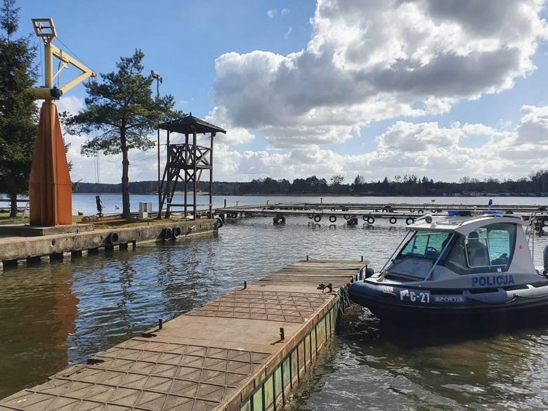 W weekend dwaj mężczyźni postanowili przyjechać nad wodę i urządzić sobie... piknik. Zostali ukarani mandatami po 500 złotych. Bydgoscy policjanci od
