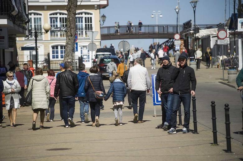 Pogoda w święta wielkanocne idealnie nadaje się do wyjazdu nad morze. Nic więc dziwnego, że w Mielnie na plaży można spotkać miłośników spacerów. Zobacz