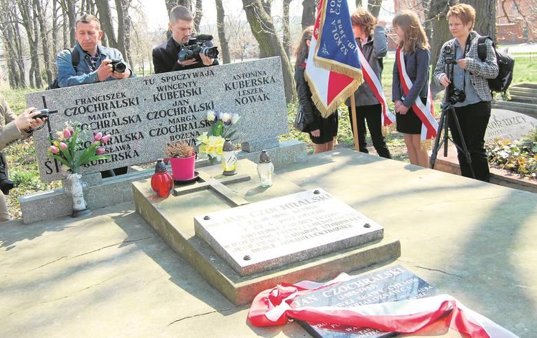 Grób rodziny Czochralskich na starym cmentarzu w Kcyni. Jana Czochralskiego upamiętniają dodatkowe tablice.
