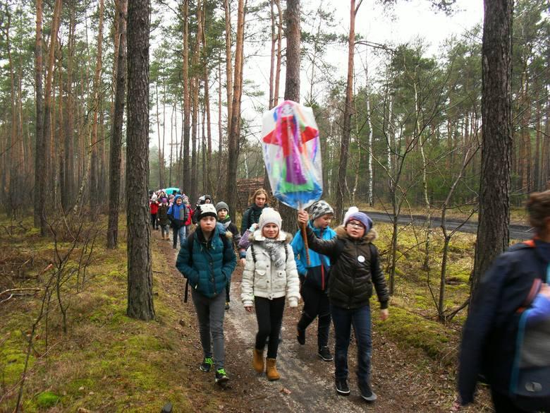 """Członkowie Szkolnego Koła Turystyczno-Krajoznawczego w Zespole Szkół w Nieszawie wzięli udział rajdzie """"Topienie Marzanny"""", zorganizowanym"""