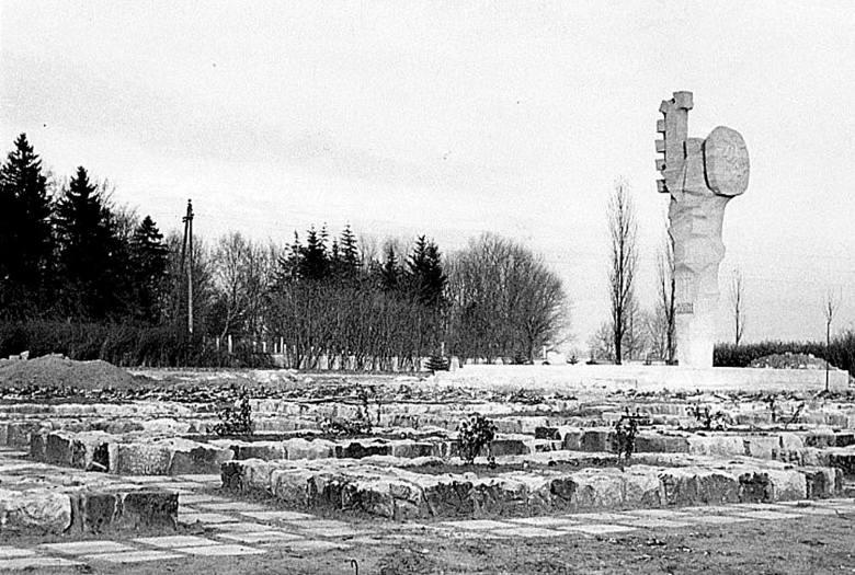 Cmentarz wojenny w południowej części miasta (otwarty w 1945 r. na powierzchni ok. 1,2 ha) podczas finalizowania prac remontowych w 1969 roku (fot. autor nieznany, ze zbiorów MHZK).<br />