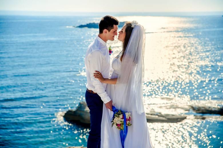 Gdzie zrobić sesję ślubną, by było naprawdę malowniczo? Wybraliśmy dla was najpiękniejsze miejsca na sesję ślubną w całej Polsce. Zobaczcie sami!