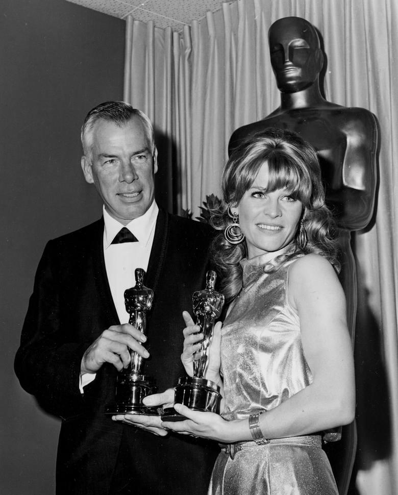 """Lee Marvin i Julie Christie ze statuetkami dla najlepszych aktorów za role w filmach """"Kasia Ballou"""" i """"Darling"""" w"""