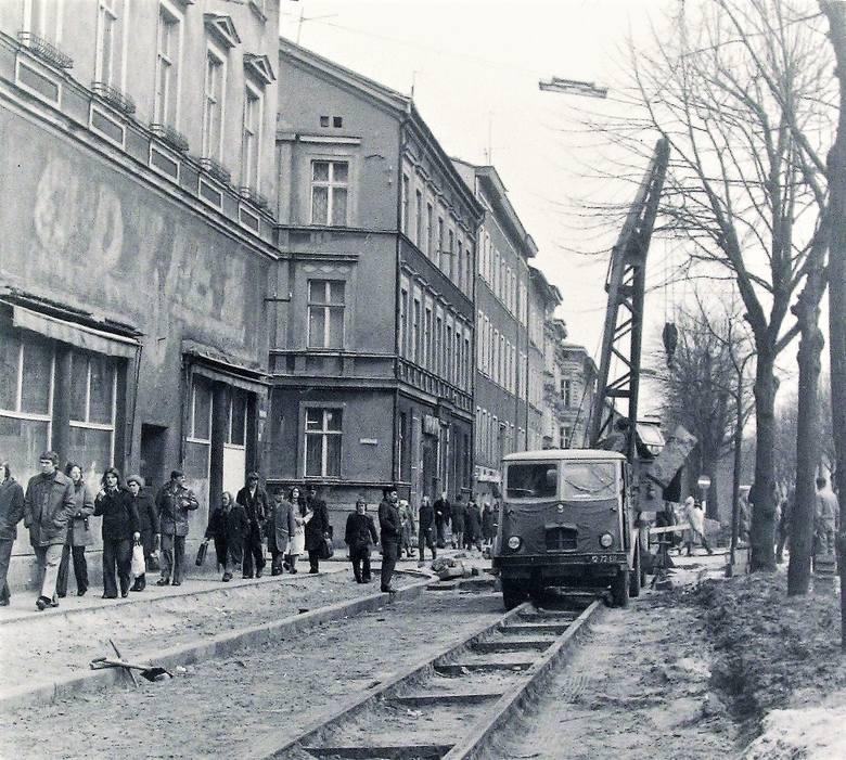 Demontaż torów tramwajowych na al. Wojska Polskiego po zlikwidowanej w 1959 roku trakcji nastąpił wiosną 1976 roku
