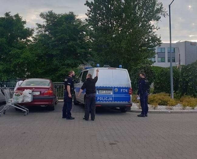 Kilka godzin później policjanci interweniowali także w Lidlu przy al. Piłsudskiego, gdzie w sztok pijany klient chciał wynieść ze sklepu puszkę piwa.