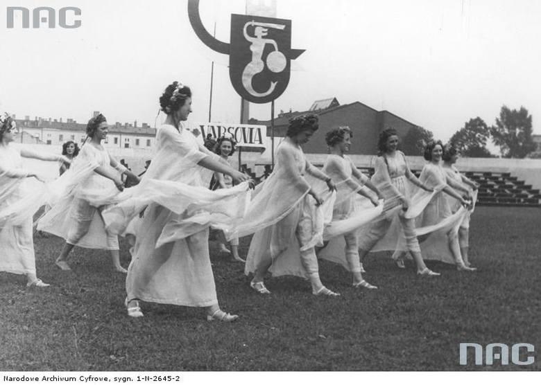 Przemarsz dziewcząt uczestniczących w święcie  młodzieży. Widoczny emblemat z Syrenką Warszawską. Czerwiec 1937 rok.