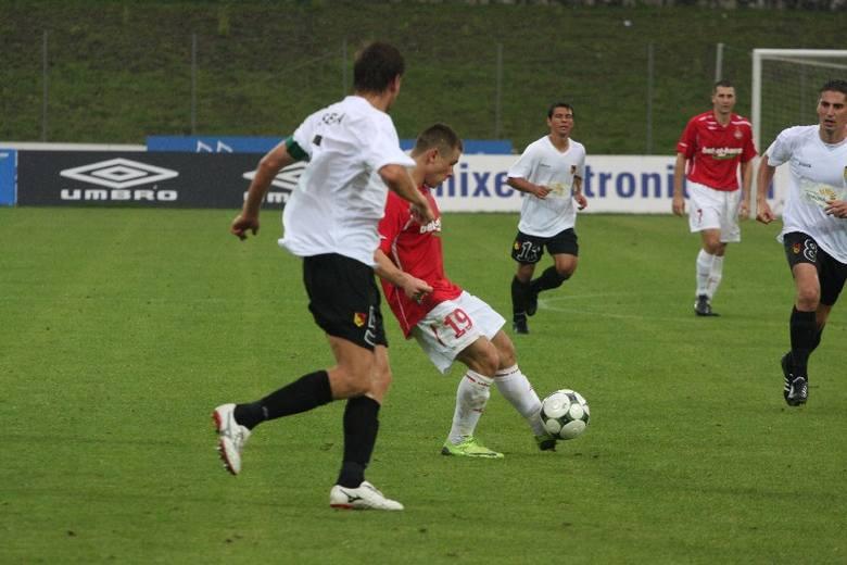 Jagiellończycy (biało-czarne stroje) przegrali jesienią w Krakowie z Wisłą 1:2. W piątek nadarzy się okazja do rewanżu u siebie.