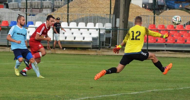 Przemysław Knapik, napastnik Soły (w czerwonej koszulce) w ataku na bramkę Wiernej. W Oświęcimiu, w meczu III ligi piłkarskiej, Soła pokonała Wierną